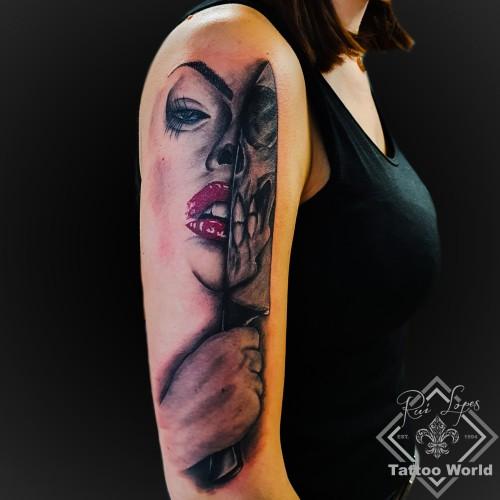 Frau mit messer Oberarm tattoo