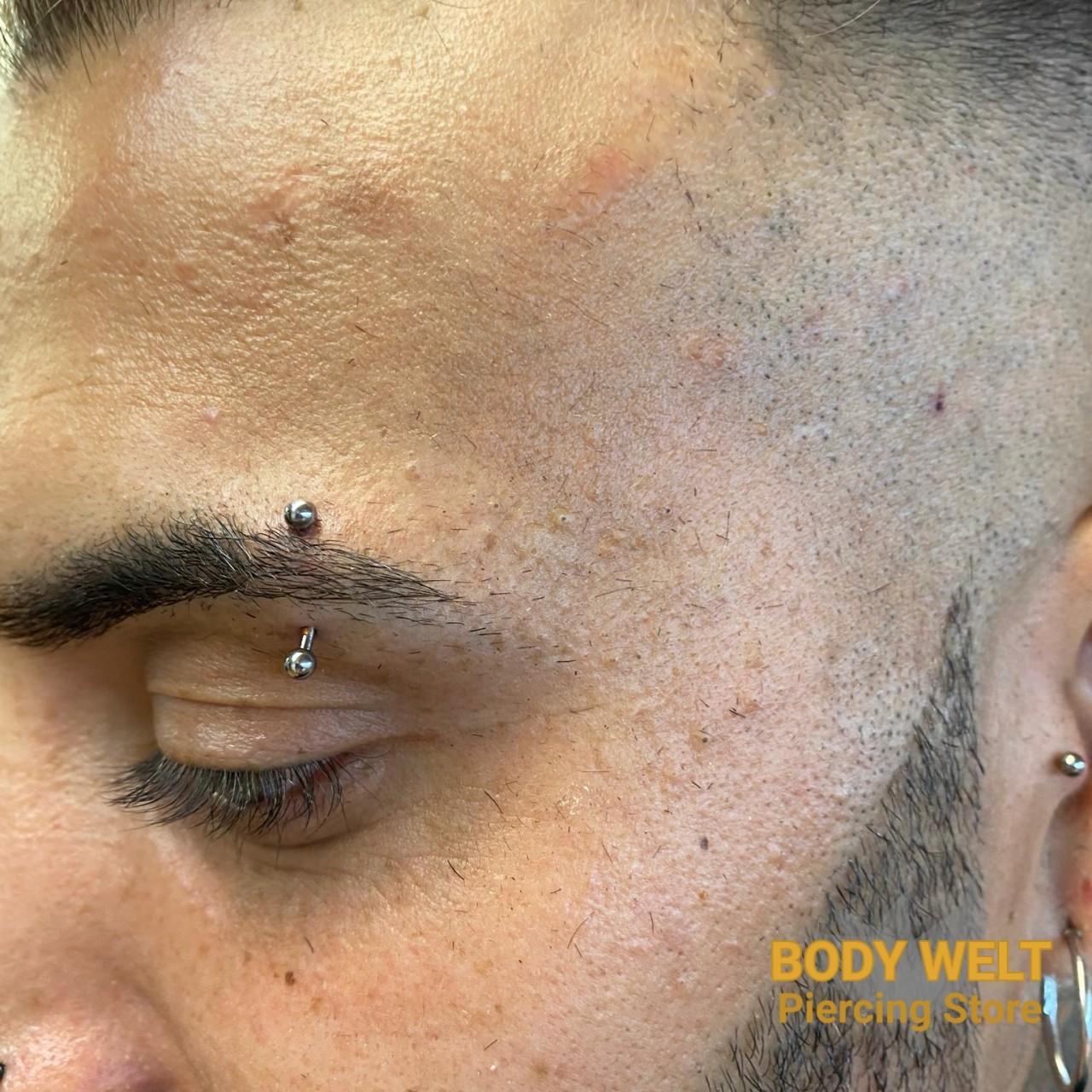 Augenbrauen Piercing